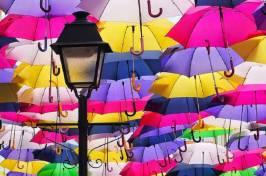 gli-ombrelli-sospesi-di-agueda-in-portogallo-768x510